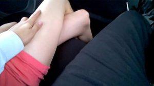 mazi joj nogu u kolima