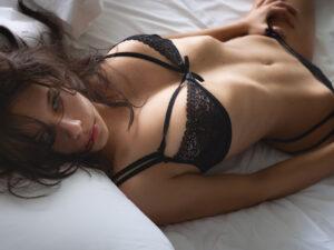 devojka u seksi donjem vešu